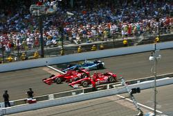 Dario Franchitti, Target Chip Ganassi Racing Honda et Scott Dixon, Target Chip Ganassi Racing Honda passent la ligne d'arrivée