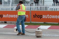 Trabajadores parchando los huecos en la pista