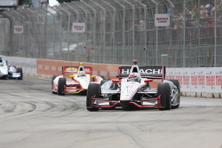 Ryan Briscoe, de Team Penske Chevrolet y Helio Castroneves, de Team Penske Chevrolet