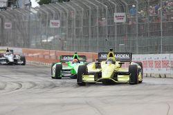 Josef Newgarden, de Sarah FisherHartman Racing Honda y James Hinchcliffe, de Andretti Autosport Chev