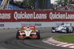 Helio Castroneves, de Team Penske Chevrolet, Sébastien Bourdais, de Dragon Racing Chevrolet
