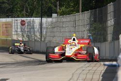 Helio Castroneves, de Team Penske Chevrolet, Oriol Servia, de Dreyer & Reinbold Racing Chevrolet