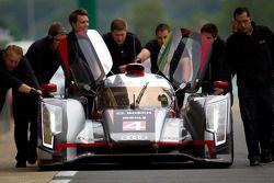 #4 Audi Sport North America Audi R18 Ultra: Oliver Jarvis, Marco Bonanomi, Mike Rockenfeller geduwd