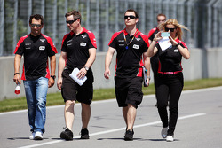 Timo Glock, Marussia F1 Team wandelt op het circuit met Maria De Villota, Marussia F1 Team testrijde