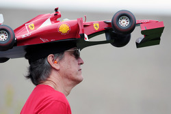 Ferrari fan met auto op zijn hoofd