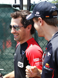 Timo Glock, Marussia F1 Team en Sebastian Vettel, Red Bull Racing
