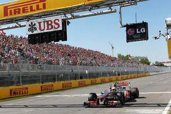 Le vainqueur Lewis Hamilton, McLaren Mercedes passe sous le drapeau à damier