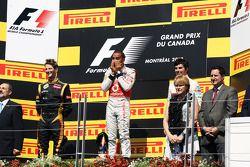 Podium : Romain Grosjean, Lotus F1 Team, second; Lewis Hamilton, McLaren Mercedes, vainqueur; Sergio Perez, Sauber, troisième