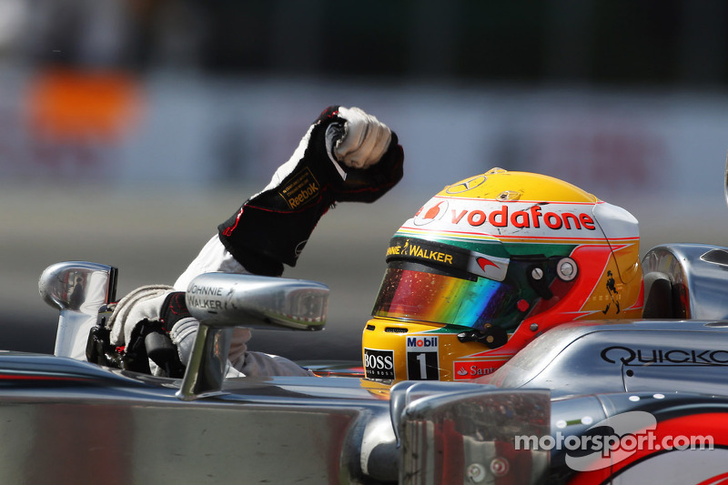 Yarış galibi Lewis Hamilton, McLaren Mercedes yarış sonunda kutlama yapıyor