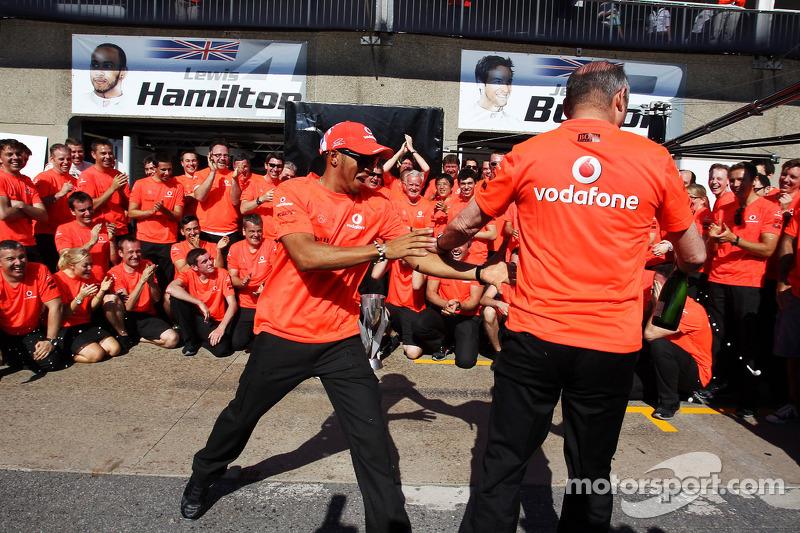 Yarış galibi Lewis Hamilton, McLaren Mercedes ve Ron Dennis, McLaren MercedesYönetim Kurulu Başkanı