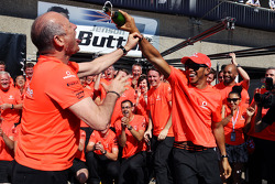 Winnaar Lewis Hamilton, McLaren Mercedes en Ron Dennis, McLaren Mercedes Executive Chairman vieren m