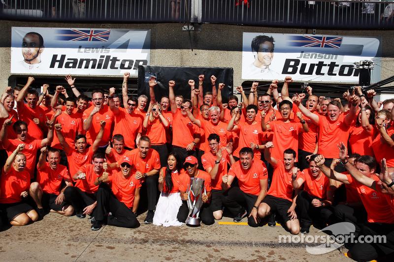 Yarış galibi Lewis Hamilton, McLaren Mercedes kutlama yapıyor ve kız arkadaşı Nicole Scherzinger, Şa