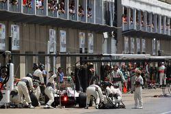 Kamui Kobayashi, Sauber F1 Team makes a pit stop