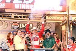 Victory lane: ganador de la carrera Justin Wilson, Dale Coyne Racing Honda
