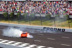 Le vainqueur Joey Logano, Joe Gibbs Racing Toyota
