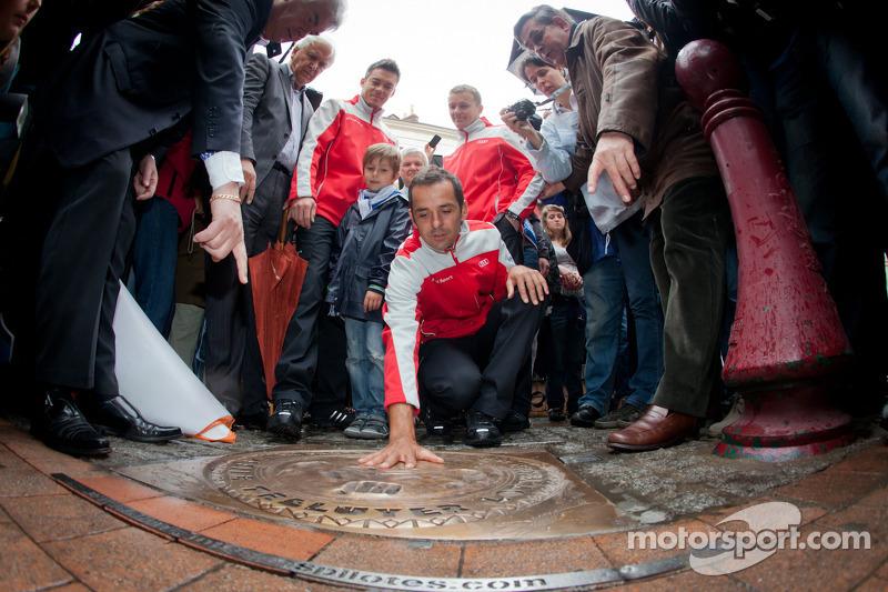 Handafdruk ceremonie: 2011 24 Uren van Le Mans winnaars Marcel Fässler, Andre Lotterer en Benoit Tréluyer