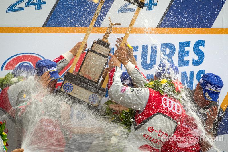 LMP1 podium: winnaars in klasse en algemeen Marcel Fässler, Andre Lotterer, Benoit Tréluyer met Dr. Wolfgang Ullrich en Ralf Jüttner