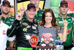 Victory lane: winnaar Dale Earnhardt Jr., Hendrick Motorsports Chevrolet