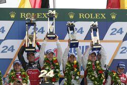 LMP1 Podio: ganadores Marcel Fässler, Andre Lotterer, Benoit Tréluyer
