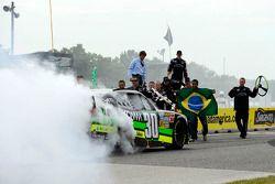 Победитель гонки Нельсон Пике-мл. празднует победу
