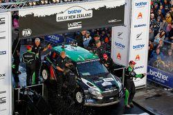 El podio: Hayden Paddon y Johnathan Kennard, Skoda Fabia
