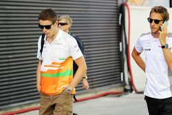 Paul di Resta, de Sahara Force India F1 con Jenson Button, de McLaren Mercedes