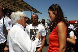 Roberto Carlos, futbolista, con Bernie Ecclestone, CEO del Formula One Group, con su esposa Fabiana Flosi