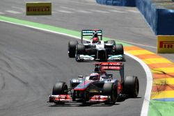 Jenson Button, McLaren Mercedes lidera a Michael Schumacher, Mercedes AMG F1