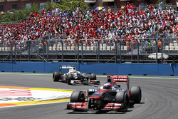 Jenson Button, McLaren Mercedes y Sergio Pérez, Sauber