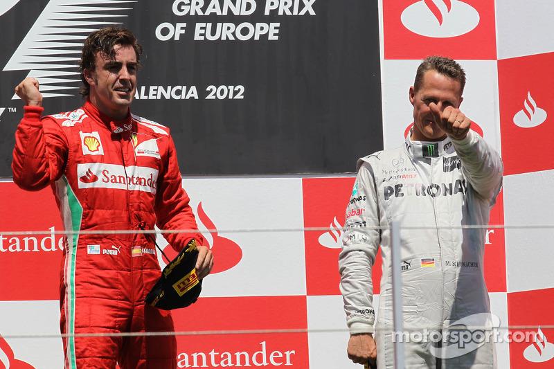 Ganador de la carrera Fernando Alonso, Scuderia Ferrari con el tercer lugar Michael Schumacher, Mercedes AMG Petronas