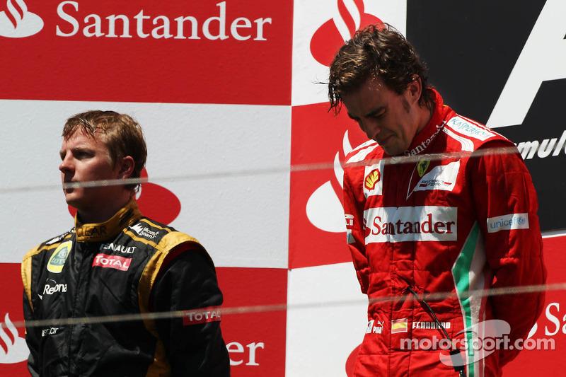 Ganador de la carrera Fernando Alonso, Ferrari en el podio con Kimi Raikkonen, Lotus F1 Team