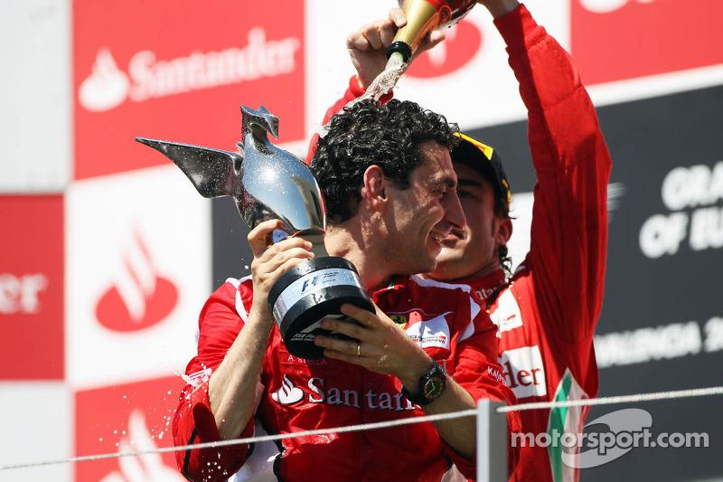Ganador de la carrera Fernando Alonso, Ferrari celebra en el podio con Andrea Stella, Ingeniero de c
