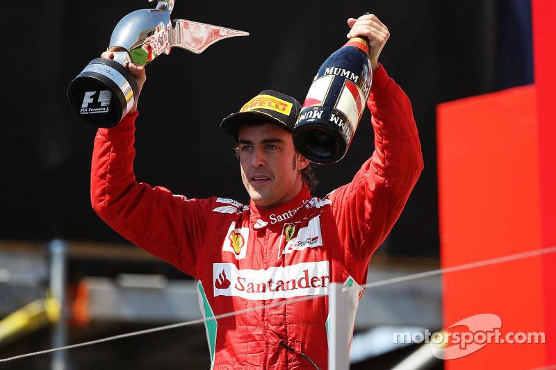 Ganador de la carrera Fernando Alonso, Ferrari celebra en el podio