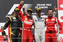 Ganador de la carrera Fernando Alonso, Scuderia Ferrari, segundo lugar Kimi Raikkonen, Lotus Renault