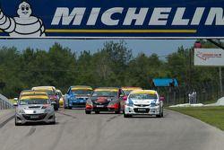 Start van de race met Michael Cooper aan de leiding