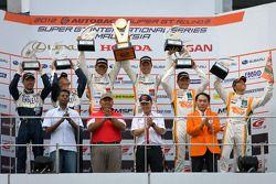 GT300 podium: winnaars Masami Kageyama en Tomonobu Fujii, 2de Kyosuke Mineo en Naoki Yokomizo, 3de H