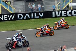 Casey Stoner, Repsol Honda Team, prend la tête au départ