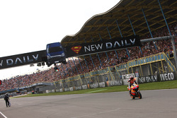 Casey Stoner, Repsol Honda Team, gagne la course