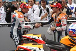 Ganador de la carrera Casey Stoner, Repsol Honda Team, y el segundo lugar Dani Pedrosa, Repsol Honda