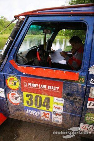 Co-driver Stephen Ross leest het roadbook