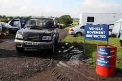 Natte en modderige parking en camping aan het circuit
