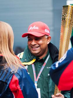 Tony Fernandes, Caterham Team Principal met de olympische vlam