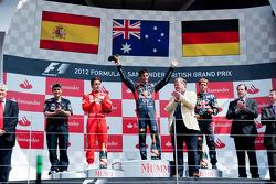 Het podium, Fernando Alonso, Ferrari, tweede; Mark Webber, Red Bull Racing, winnaar; Sebastian Vette