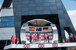 Het podium, Fernando Alonso, Ferrari, tweede; Mark Webber, Red Bull Racing, winnaar; Sebastian Vettel, Red Bull Racing, derde
