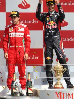 Марк Уэббер и Фернандо Алонсо. ГП Великобритании, Воскресенье, после гонки.