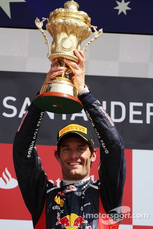 Ganador de la carrera Mark Webber, Red Bull Racing celebra en el podio