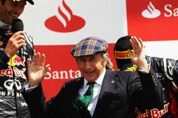 Winnaar Mark Webber, Red Bull Racing met Jackie Stewart, en Sebastian Vettel, Red Bull Racing op het