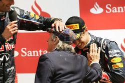 Winnaar Mark Webber, Red Bull Racing met Jackie Stewart, en Sebastian Vettel, Red Bull Racing op het podium