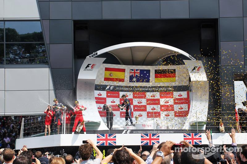 Race winner Mark Webber, Red Bull Racing; Fernando Alonso, Ferrari and Sebastian Vettel, Red Bull Racing celebrate on the podium