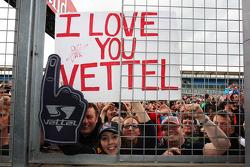 Fans en spandoek voor Sebastian Vettel, Red Bull Racing